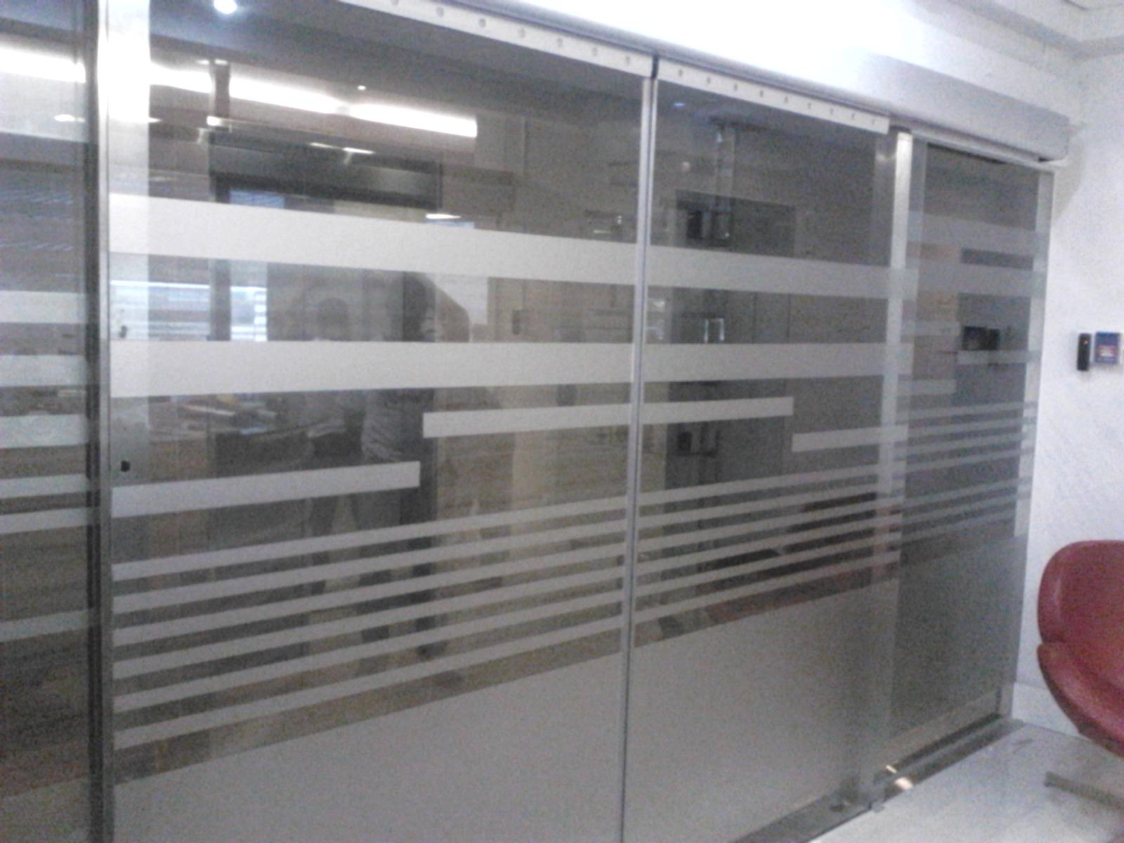 Puertas corredizas electronicas constructora nigrinis for Puertas de vidrio para interiores