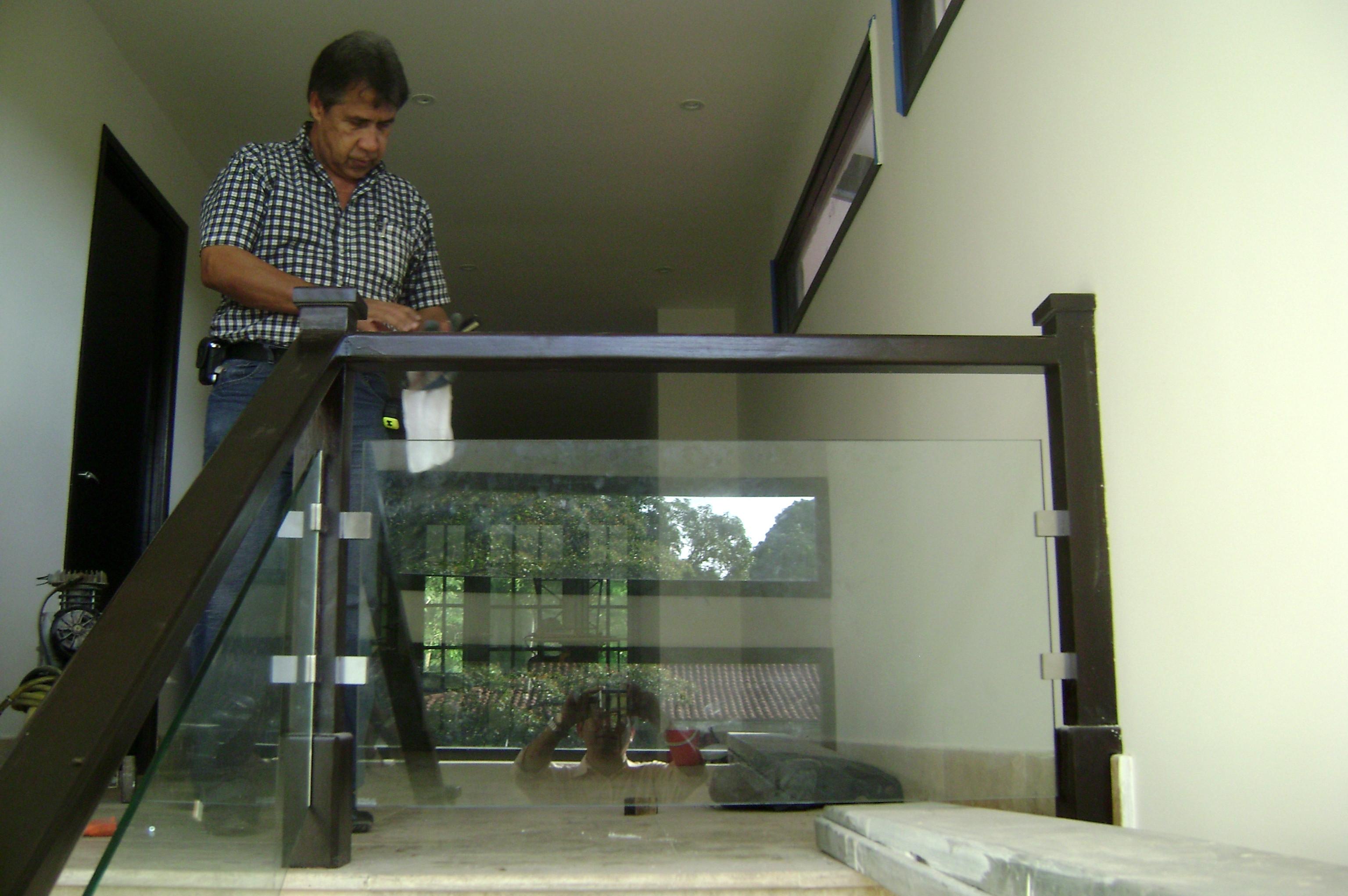 Aluminios y vidrios constructora nigrinis - Barandas de aluminio ...
